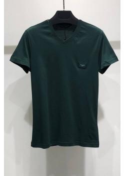 Тёмно-зелёная футболка с V-образным вырезом