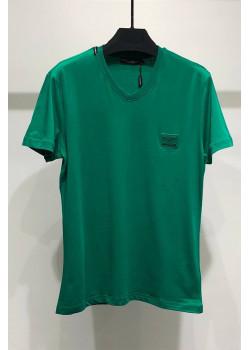 Зелёная футболка с V-образным вырезом