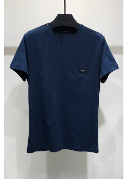 Тёмно-синяя футболка с V-образным вырезом