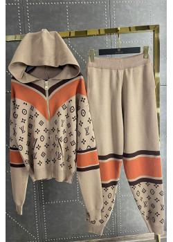 Женский брендовый костюм бежевого цвета