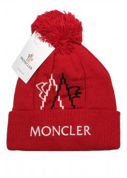 Брендовая шапка красного цвета