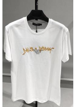 Белая футболка с вышитым логотипом