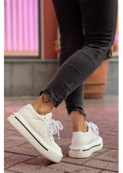 Белые кроссовки на высокой подошве