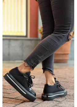 Чёрные кроссовки на высокой подошве
