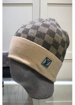 Брендовая шапка бежевого цвета