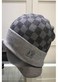 Брендовая шапка серого цвета