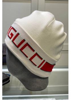 Брендовая шапка белого цвета